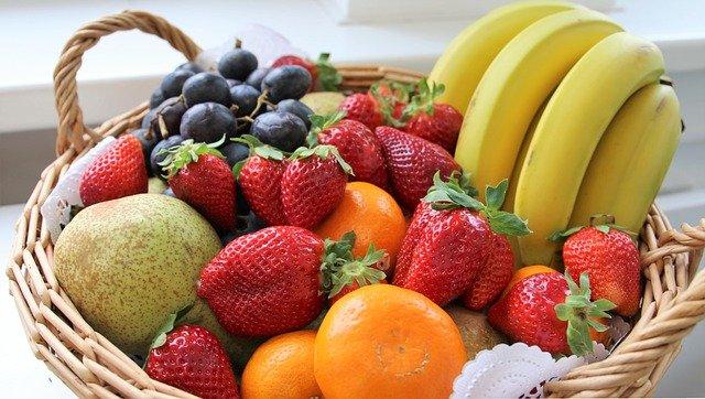 かごに入ったフルーツ
