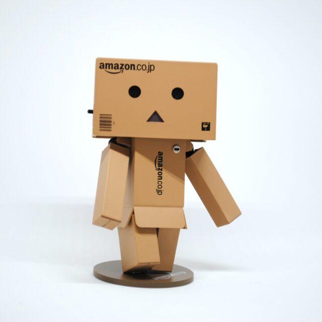 段ボール製のアマゾンロボット